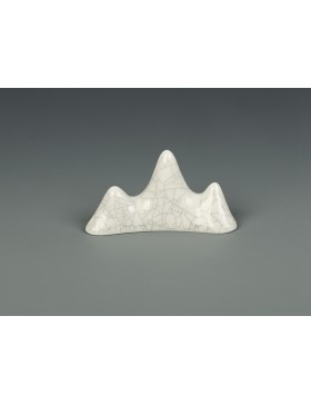 Brush support in the form of a mountain in the Ge ceramic style