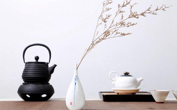 Oriental hand painted mini ceramic flower vase 16